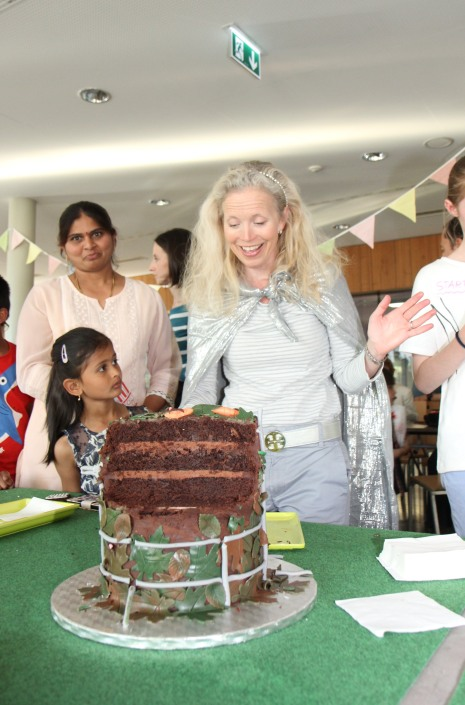 Queen of Alu cuts the cake!
